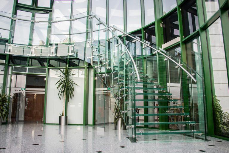 Szklane schody i balustrady